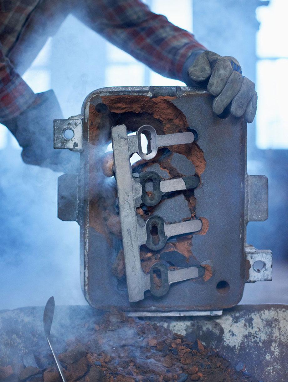 bronzeguss des flaschenöffners bei der glockengiesserei rüetischi aarau. bild: philipp hänger
